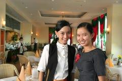 Twee restaurantpersoneelsleden op het werk Royalty-vrije Stock Fotografie