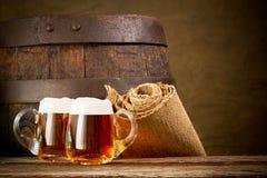Twee retro glazen bier Royalty-vrije Stock Foto's