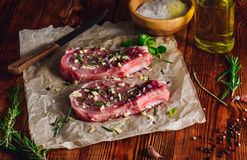Twee Rib Steaks Prepared voor het Braden stock foto