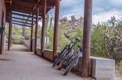 Twee Riderless-Bergfietsen bij een Woestijn Traillhead royalty-vrije stock fotografie