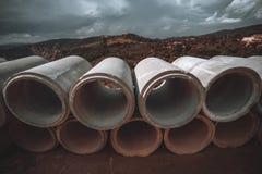 Twee rijen van een aquaduct leidt door buizen Stock Afbeelding