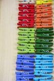 Twee rijen van gekleurde wasknijpers Royalty-vrije Stock Afbeelding