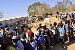 Twee rijen van mensen bij opiniepeilingspost Stock Fotografie