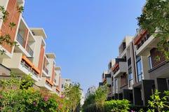 Twee rijen van nieuwe terrashuizen Royalty-vrije Stock Foto