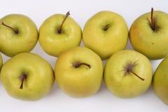 Twee rijen van verse sappige groene appelen met korte bruine knipsels, close-up op een witte achtergrond Stock Fotografie