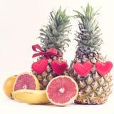 Twee Rijpe Ananassen op Wit Achtergrond Rijp Sappig Tropisch Vruchten Grapefruitst het Voedselconcept van de Valentijnskaartendag stock afbeelding
