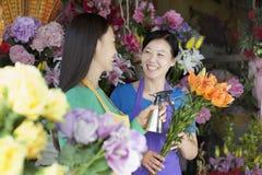 Twee Rijpe Vrouwen die in Bloemwinkel werken Stock Foto's