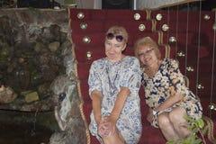 Twee rijpe vrouwen zitten op de stappen Stock Foto's