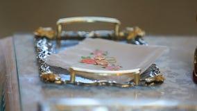 Twee ringen van de luxegouden bruiloft op kussen stock videobeelden