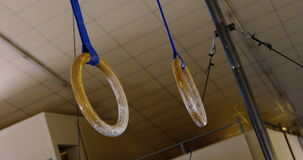 Twee ringsrij het hangen van plafond stock footage