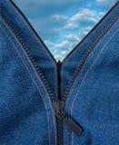 Twee ritssluitingen openden een blauwe hemel met grote wolken Stock Foto