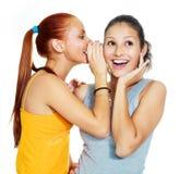 Twee roddelende meisjes Royalty-vrije Stock Afbeeldingen
