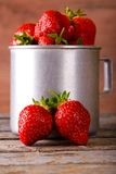 Twee rode aardbeien voor aluminium vormen hoogtepunt van fruit tot een kom Stock Afbeeldingen