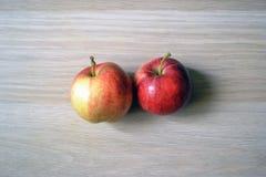 Twee rode appelen op de lijst royalty-vrije stock foto