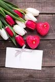 Twee rode brandende kaarsen in vorm van hart, lege markering en brigh Royalty-vrije Stock Afbeelding