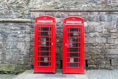 Twee rode Britse telefooncellen van de voorzijde Stock Foto's