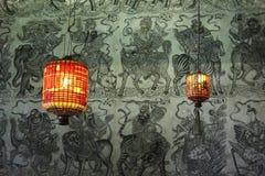 twee rode Chinese lantaarns op groen behang Royalty-vrije Stock Foto