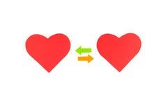 Twee rode document harten met twee gekleurde pijlen, concept relationsh Stock Fotografie