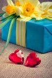 Twee rode glasharten met een giftdoos en bloemen Royalty-vrije Stock Afbeeldingen