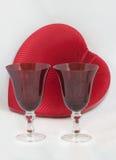 Twee rode hartdrinkbekers met hartdoos Royalty-vrije Stock Afbeeldingen