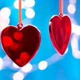Twee rode harten als achtergrond het concept van de valentijnskaartendag, De Kaart van de Groet van de Dag van valentijnskaarten Stock Afbeeldingen