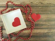 Twee rode harten, houten achtergrond, romantische doos, parel Royalty-vrije Stock Foto