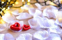 Twee Rode Harten met lichten Voor Valentijnskaartendag, royalty-vrije stock afbeelding