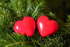 Twee rode harten op achtergrond van spartakken De dag van de valentijnskaart Stock Afbeeldingen