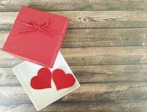 Twee rode harten op een houten achtergrond, rode romantische doos, Stock Fotografie
