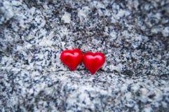 Twee rode harten op een mooie steenachtergrond royalty-vrije stock afbeelding