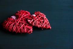 Twee rode harten op zwarte houten lijst Valentijnskaarten, de lenteachtergrond Spot omhoog met copyspace gelukkige romantische Mo stock foto