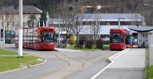 Twee rode Innsbruck tram Royalty-vrije Stock Fotografie