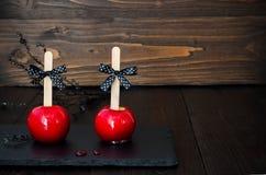 Twee rode karamelappelen Traditioneel dessertrecept voor Halloween-partij Selectieve nadruk Exemplaar ruimteachtergrond Stock Foto