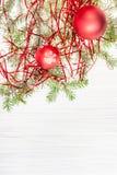 Twee rode Kerstmisballen en boomtak op leeg document Stock Afbeeldingen