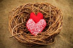 Twee rode met de hand gemaakte harten in het nest Royalty-vrije Stock Fotografie