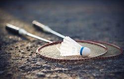 Twee rode racketten voor badminton en een witte shuttle stock foto's
