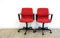 Twee rode stoelen in bureau stock foto's