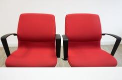 Twee rode stoelen in bureau royalty-vrije stock fotografie