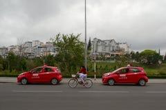 Twee rode taxiauto's op de weg Royalty-vrije Stock Afbeeldingen