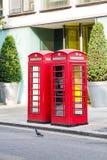 Twee Rode Telefooncellen in Londen Royalty-vrije Stock Afbeeldingen