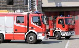 twee rode vrachtwagens van de brandmotor tijdens een brandoefening Royalty-vrije Stock Foto's