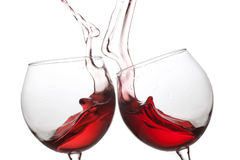 Twee rode wijnglazen op witte achtergrond Romantisch stillevenconcept Macromenings ondiepe diepte van gebiedsfoto Royalty-vrije Stock Afbeeldingen