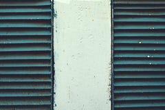 Twee roestig oud ventilatietraliewerk in de muur Stock Fotografie