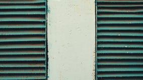 Twee roestig oud ventilatietraliewerk in de muur Stock Foto's