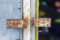 Twee roestige metaalhandvatten op oude deur met triplex royalty-vrije stock fotografie