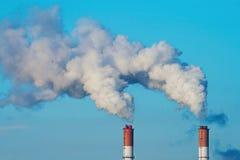 Twee rokende schoorstenen Stock Afbeelding