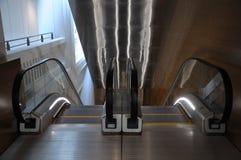 Twee roltrappen die en beneden uitgaan Stock Fotografie