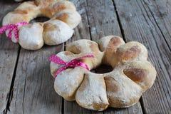Twee ronde broodkroon van roggebloem die met lint, gift wordt gebonden stock foto's