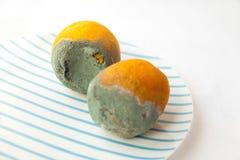 Twee rotte die sinaasappelen met schimmel worden behandeld stock afbeelding