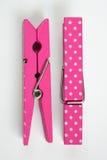Twee Roze Wasknijpers met Pretpatronen Één knipten Hoogste Mening weg Royalty-vrije Stock Foto
